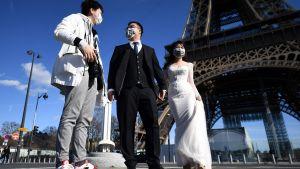 Ett brudpar vid Eiffeltornet i Paris 15.3.2020