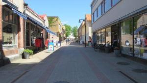 En ganska folktom gågata i Ekenäs en solig dag  i början av juni 2020