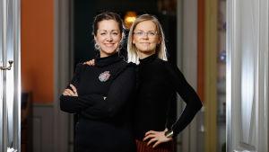 Barnboksförfattaren Malin Klingenberg och illustratören Joanna Vikström Eklöv i svarta kläder.
