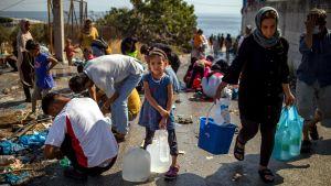 Flyktingar som hämtar vatten nära lägret i Kara Tepe.