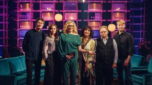 Elämäni Biisi -ohjelman kilpailijat Juha Hurme, Leena Pöysti, Satu Silvo, Juhana Vartiainen ja Matti Ristinen poseeraavat ohjelman juontajan Katja Ståhlin kanssa.