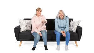 Sari ja Marjo sohvalla.