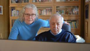 Äkta makarna Birigtta och Anders Smedberg tittar på datorn.