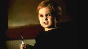 Gage Creed (Miko Hughes) irvistää kirurginveitsi kädessään elokuvassa Uinu, uinu, lemmikkini