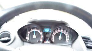 suddiga hastighetsmätare i bil