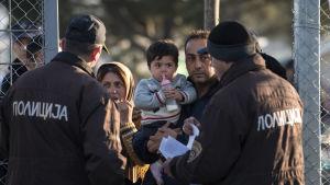 Myndigheterna i Makedonien kontrollerar flyktingars dokument vid gränsen mellan Grekland och Makedonien.