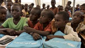 Flyktingbarn i ett läger i Yola i nordöstra Nigeria. Barn lider mest av konflikten med Boko Haram både som flyktingar och offer för terrorister som använder barn och flickor som sexslavar och självmordsbombare
