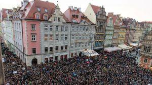 Kvinnor i Polen demonstrerar mot totalt abortförbud