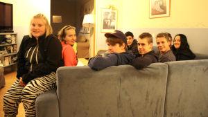 Studerande vid Axxell Brusaby sitter i soffa.