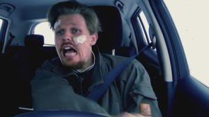 Mies ratissa, ilmeestä päätelleen törmäämässä johonkin.