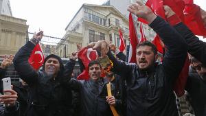 Anhängare till Turkiets president Erdogan demonstrerade utanför det nederländska konsulatet i Istanbul på söndag morgon. 12.3.2017