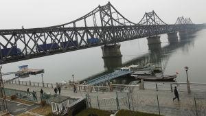 Nordkoreas viktigaste länk till omvärlden går via vänskapsbron över gränsfloden Yalu som ligger mellan den kinesiska staden Dandong och Sinuiju i Nordkorea