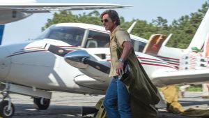 Barry Seal utanför sitt flygplan.