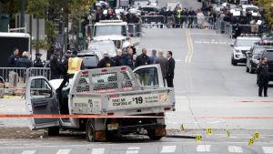 Brottsutredare undersöker hyrbilen som användes i terrordådet i New York