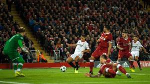 Wissam Ben Yedder gör mål mot Liverpool på Anfield.