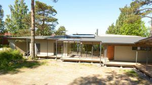 Modernin näköinen talo ulkoa