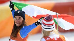 Sofia Goggia med den italienska flaggan