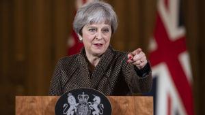 Storbritanniens premiärminister Theresa May håller presskonferens i London angående attacken i Syrien.