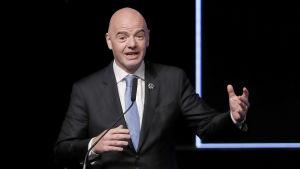 Fifas president Gianni Infantino vill se fler lag i VM - gärna redan 2022.