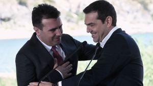 Makedoniens premiärminister Zoran Zaev och Greklands premiärminister Alexis Tsipras inför undertecknandet av namnuppgörelsen mellan länderna.
