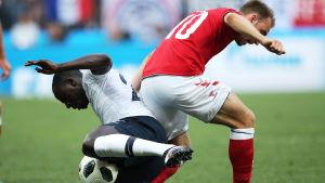 Duell under Frankrike-Danmark i fotbolls-VM.