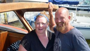 kvinna och man i båt