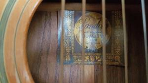 Landola logon i en akustik gitarr