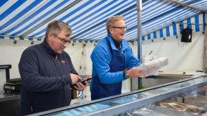 Stefan Rehn med kollega i fisktältet.