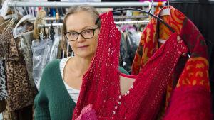 Pukusuunnittelija Liisa Rihu esittelee luomaansa roolivaatetta Ylen puvustossa.
