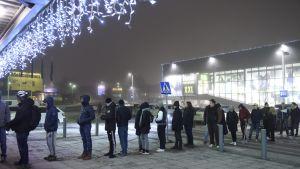 Folk står i kö för att shoppa på Black Friday i Tammerfors.