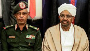 Det här fotot togs så sent som den 14 mars. Till höger Sudans numera störtade president Omar al-Bashir, till vänster hans förre vice president och försvarsminister, generallöjtnant Awad Mohammed Ibn Ouf.