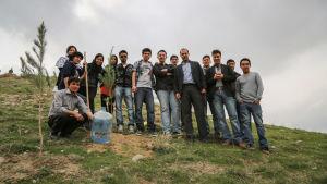 Ungdomar från medborgarorganisationen ANGO (Afghanistan Young Generation Organization) efter ett trädplanteringsprojekt.