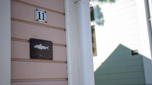 Husnummer på en husgavel i Ekenäs gamla stan