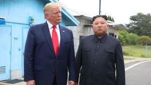 USA:s president Donald Trump och Nordkoreas ledare Kim Jong-un under deras träff vid demarkeringslinjen mellan Nord- och Sydkorea den 30 juni.