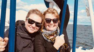 Maria Sid och Inger Nlsson med solglasögon åker båt.