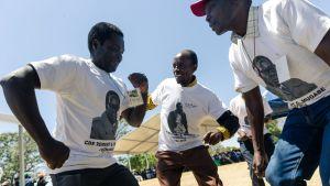 Sång och dans till minnet av Robert Mugabe. Före begravningen  i Kutama 28.9.2019
