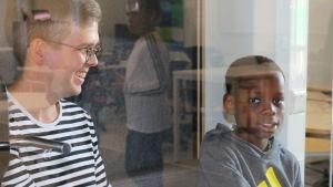 Kuvassa on Ylästön koulun viidennen luokan oppilas hiljaisessa tilassa opettajan kanssa.