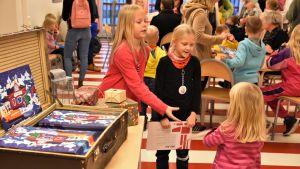 Barn delar ut julkalendrar på Buu-dagen.