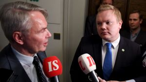 Utrikesminister Pekka Haavisto (Gröna) och ordföranden för Centerns riksdagsgrupp Antti Kurvinen i riksdagen den 12 december 2019.