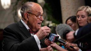 Donald Trumps advokat Rudy Giuliani talar med journalister.