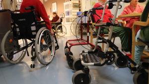 Rullstolar och rollatorer på en bäddavdelning i Pargas.