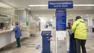 Lapin keskussairaalan sisääntuloaula
