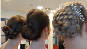 Tre flickor med fins frisyrer på de gamlas dans i Virkby gymnasium.