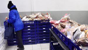 Frälsningsarmén delar ut bröd i Helsingfors
