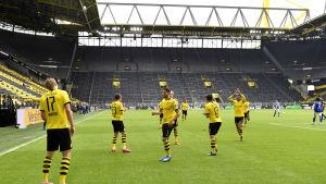 Den välkända Südtribuneläktaren gapar tom då Erling Braut Haaland i Borussia Dortmund firar 1–0-målet.