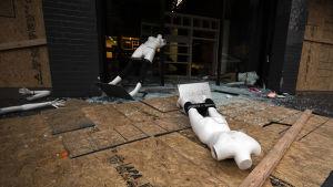 Sent på måndag kväll låg det skyltdockor utanför en plundrad affär på Hollywood Boulevard i Los Angeles.