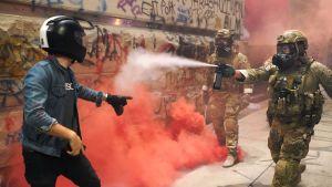 Federal polis sprutar pepparspray mot en demonstrant i Portland den 20 juli.
