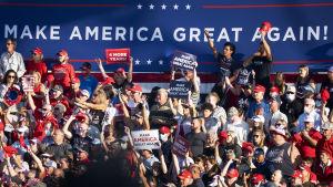 Kuvassa Donald Trumpin kannattajia