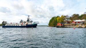 Förbindelsefartyget M/S Nordep anländer till Brännskär.
