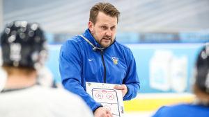 Antti Pennanen håller taktikpalaver.